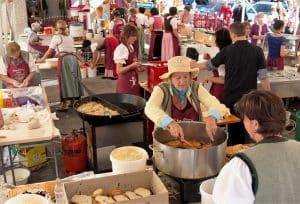 Bäuerinnen kochen gemeinsam