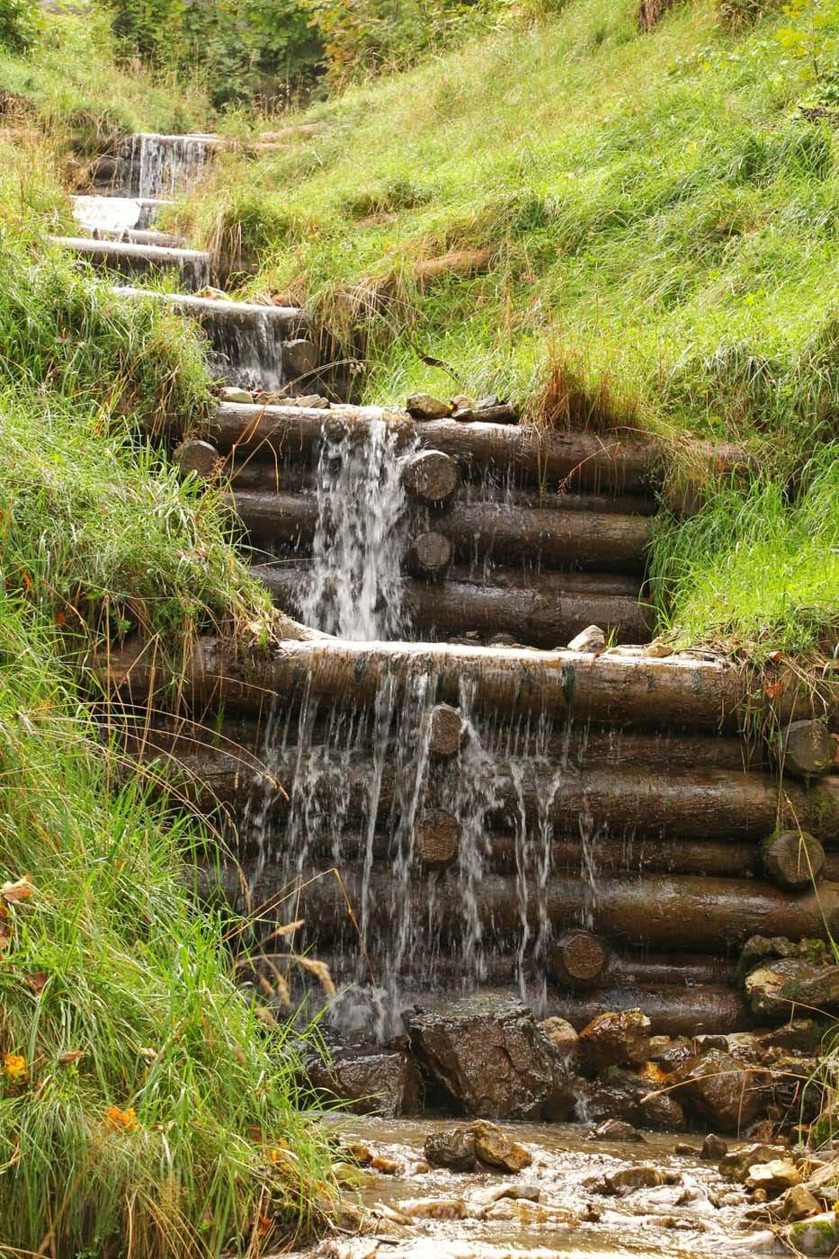 Da rinnt das Wasser über Holzblöcke