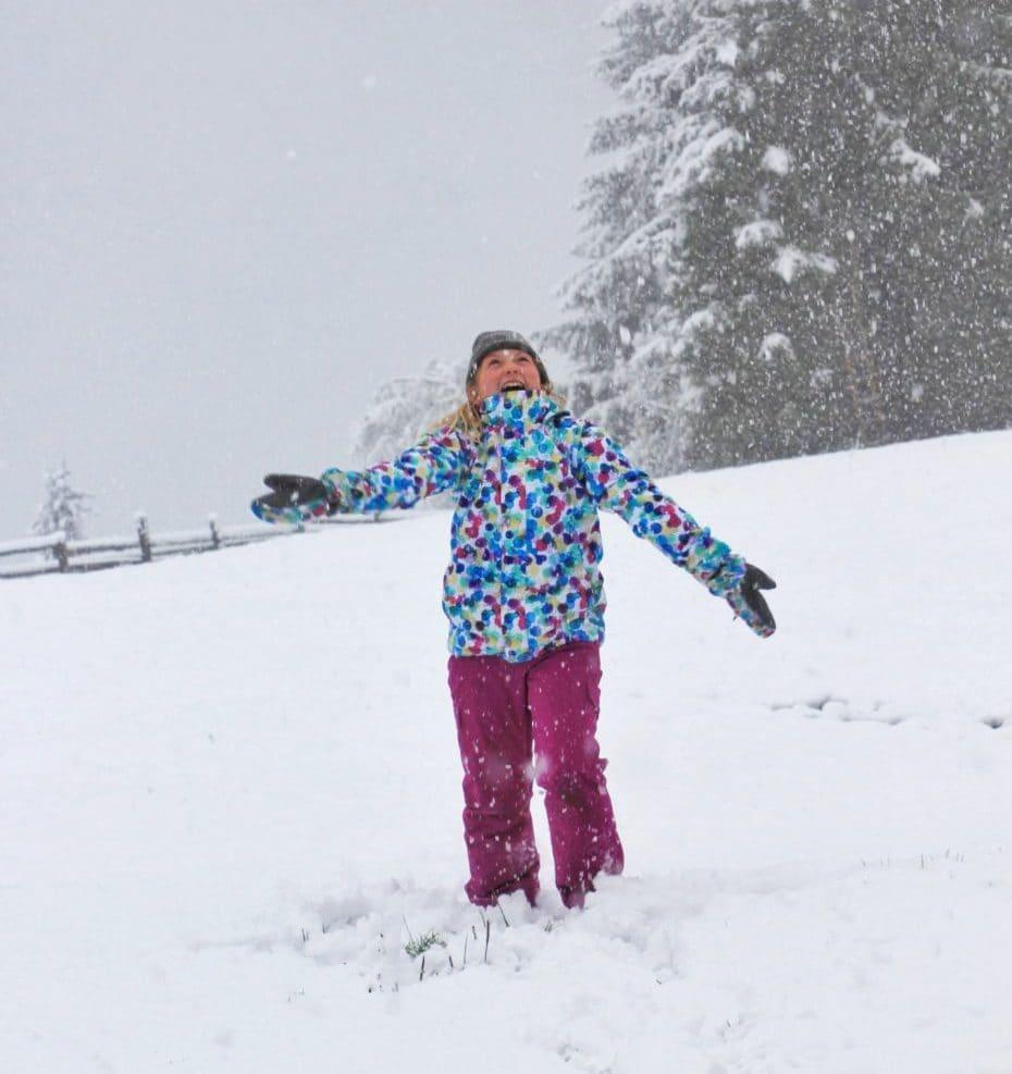 Spaß haben und den ersten Schnee genießen