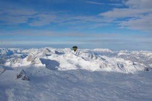 Über den Bergen mit einem Ballon