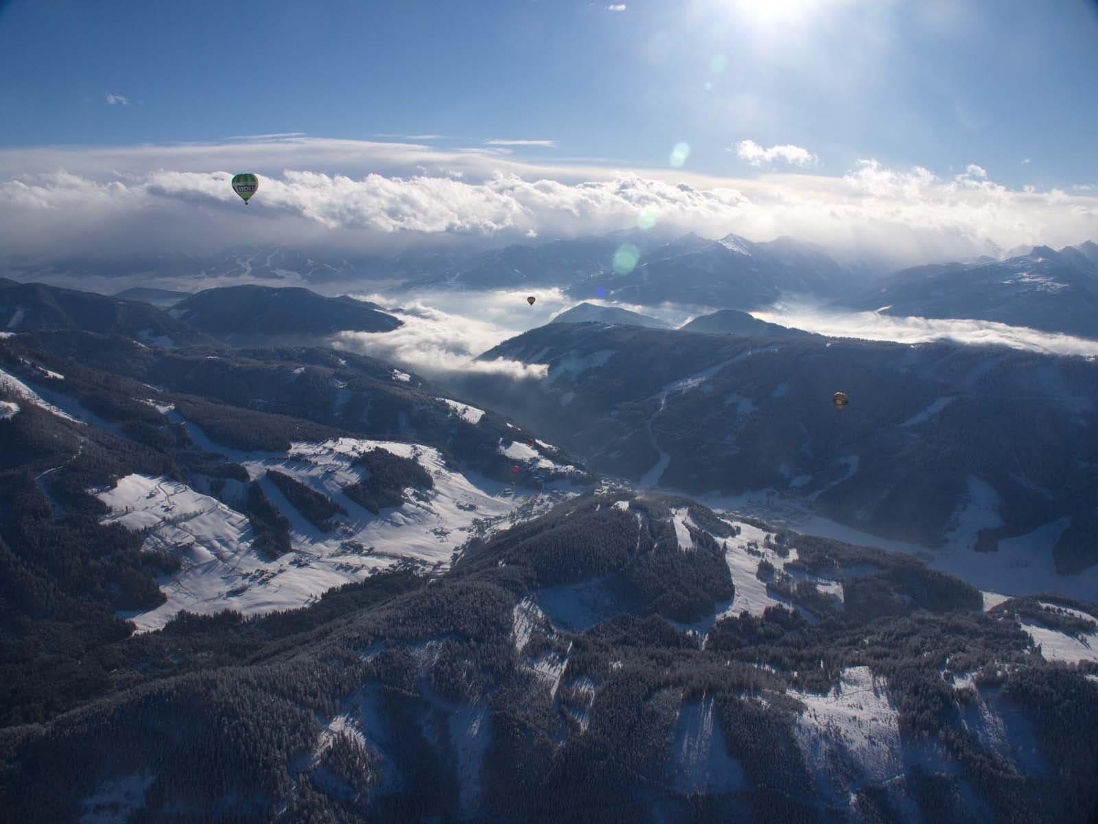 Hoch oben über den Bergen