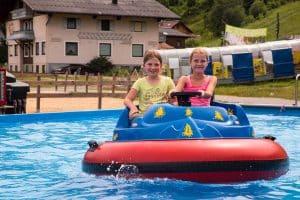 Wasserboot fahren - das macht den Kindern spaß