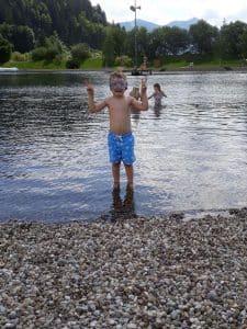 Kinder Toben im Badesee in Eben