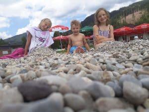 die Kinder haben Spaß beim Baden
