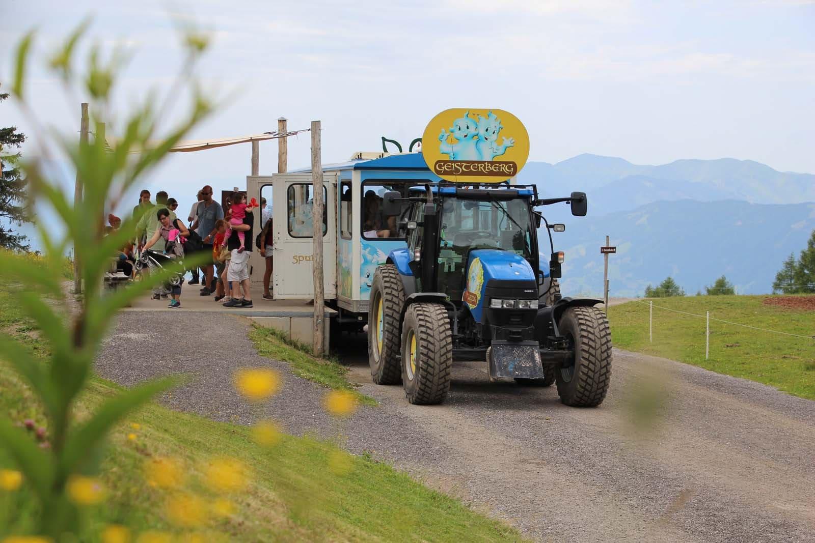 mit dem Traktorzug geht es hinauf zum Geisterberg