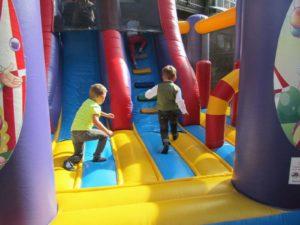 Hüpfburg und Kinderspiele