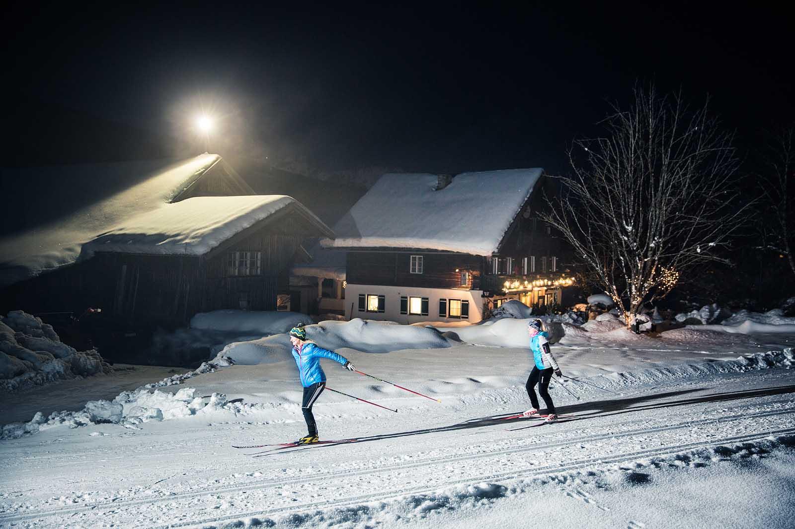 Langlaufen am Abend, Flutlicht beim Langlaufen, Beleuchtete Langlaufstrecke