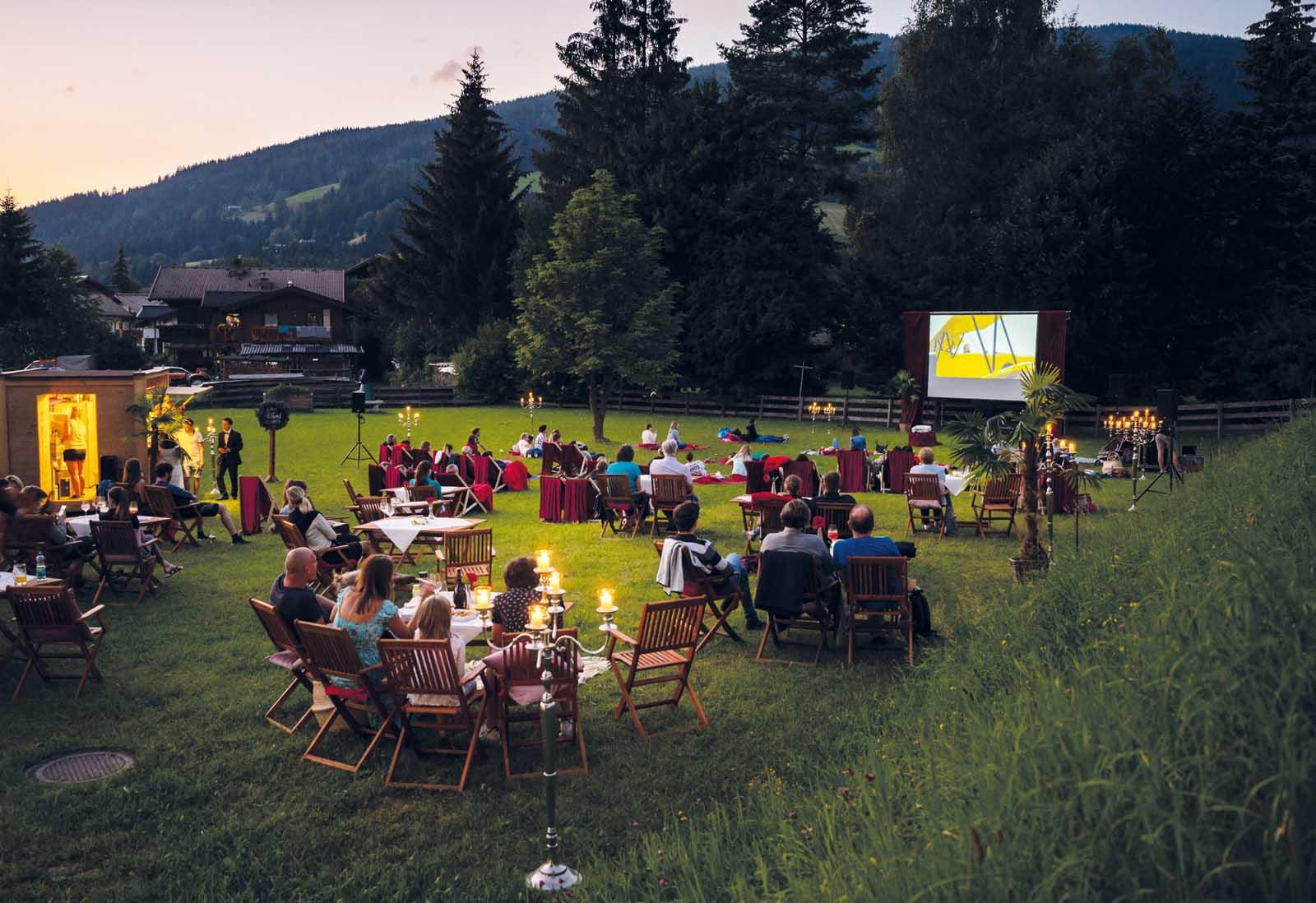 Kino unterm Himmel inmitten einer herrlichen Bergkulisse