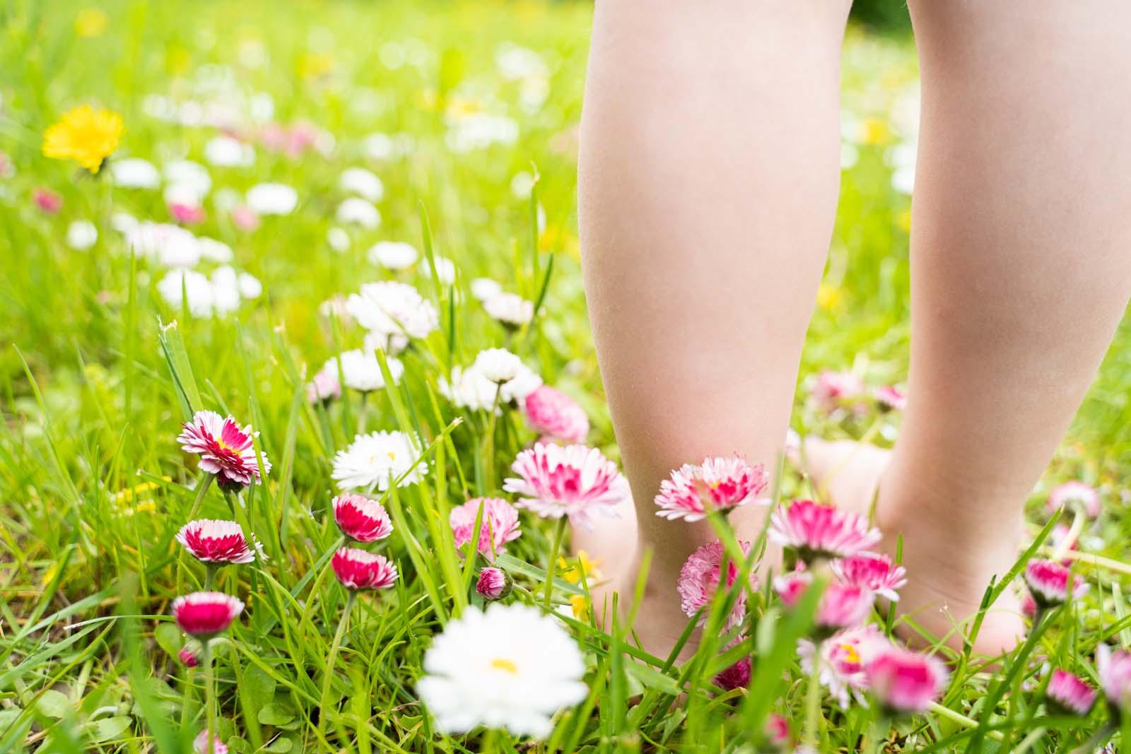 Frisches Gras wischen den Zehen spüren, das ist Frühling