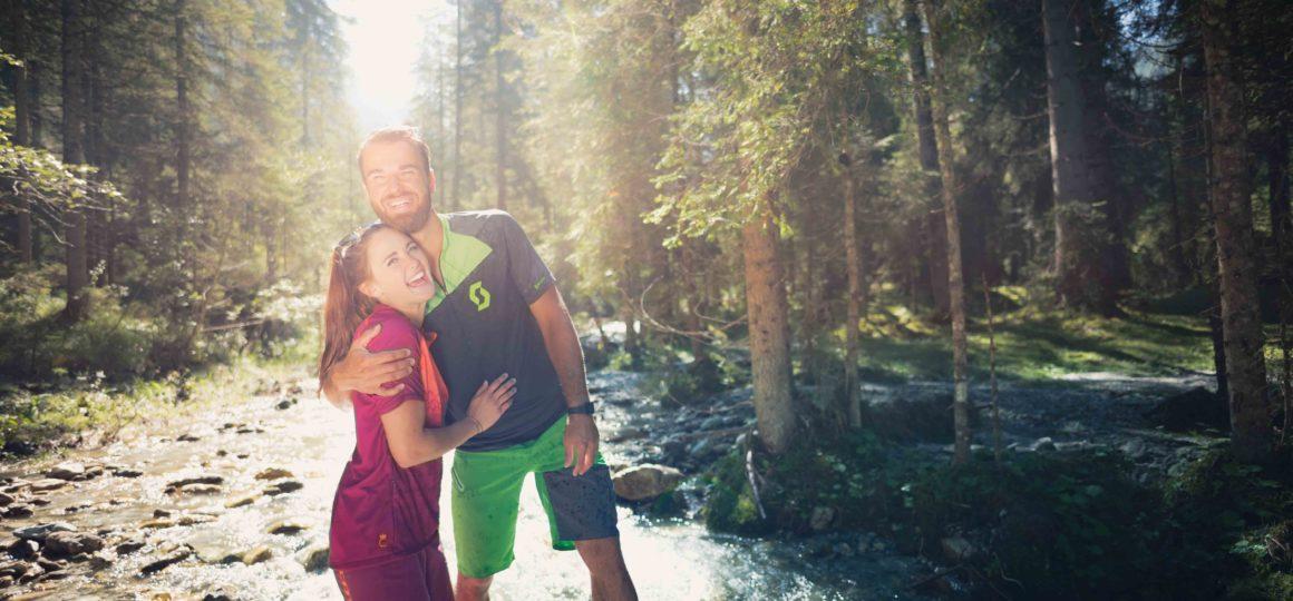 Glücklich im Wald, Päärchen im Wald, glücklich