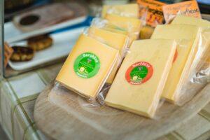 Regionalen Käse erwerben am Radstädter Wochenmarkt