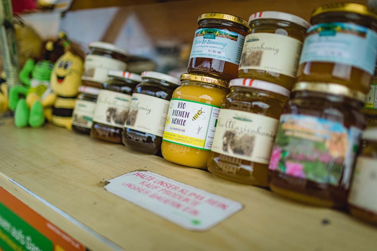 Honigspezialitäten werden am Radstädter Wochenmarkt verkauft
