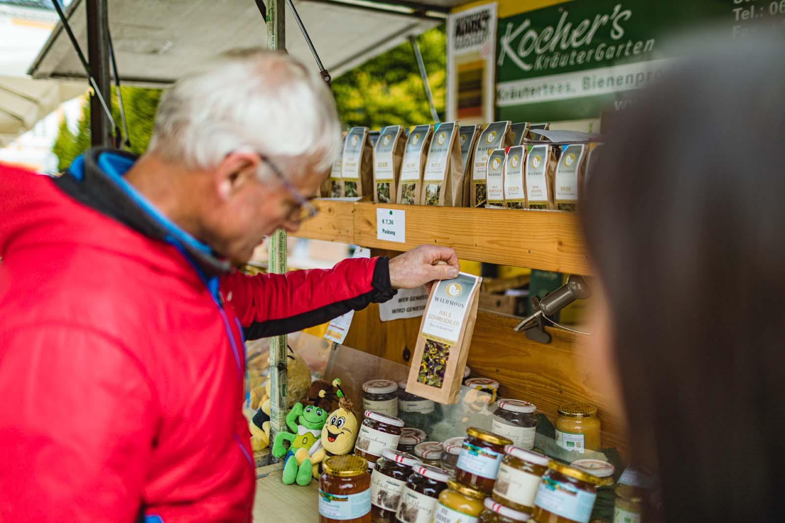 Auch Tee-Spezialitäten kann man am Radstädter Wochenmarkt käuflich erwerben.