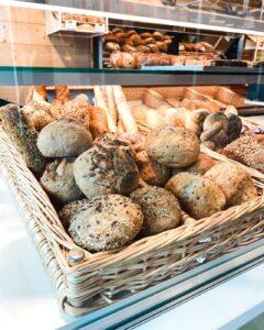 Für die Wanderjause braucht man auch regionales Brot vom Bäcker.
