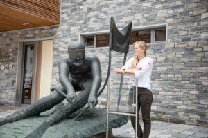 Perfekter Fotopoint bei der Hemann Maier Statue vor dem Festsaal