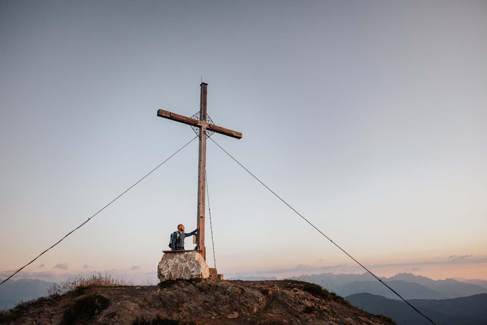 Hermann Maier genießt die Aussicht am Grießenkareck
