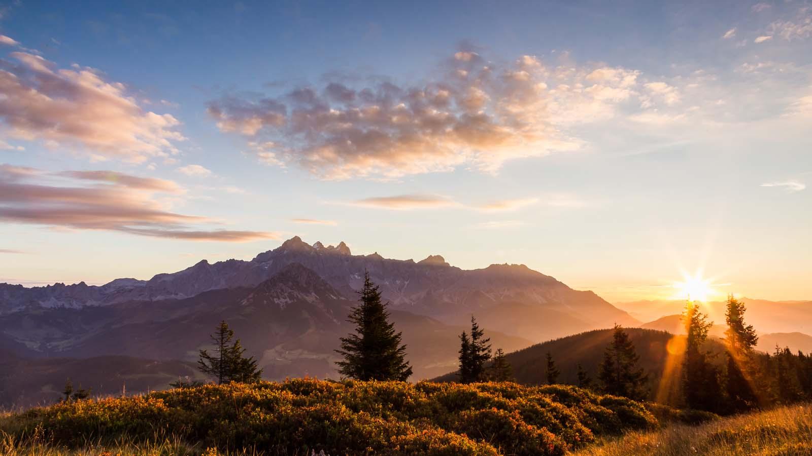 Herbstlicher und wunderschöner Sonnenaufgang auf dem Roßbrand