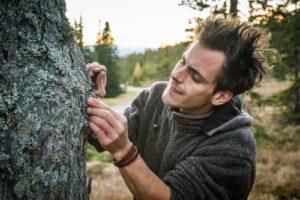 Christopher sammelt Walddüfte und Baumharz für seinen Waldrauch