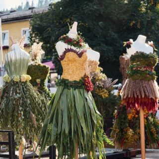 """The autumn queen competition """"Dance into Autumn"""" recently took place in Altenmarkt-Zauchensee 🍁😊👌. The autumn queens were once again decorated with tender barks, ears of corn, lichens and mosses in all colours and shapes 😉.   In our new blog post (link in bio) you can read all the details and learn all the secrets of how to create the perfect autumn queens 😊.   #bloghuette #salzburgersportwelt #autumnqueen #nature #naturetreasures #handmade #art #beautiful #fall #colourfol #perfect #style #nextyearagain #forest #happy #event #goodtimes"""